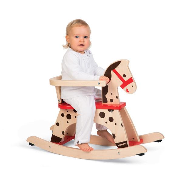 Dieťa a drevený hojdací koník Caramel Janod